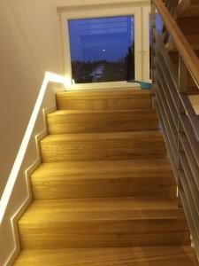 Das schmale Treppenhaus ist durch indirekte Leuchten gut beleuchtet.