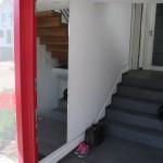 Im Treppenhaus sorgen raumhohe Schuhschränke für Ordnung und Klarheit